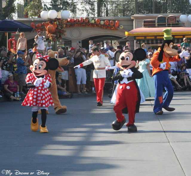 Mickey & Minnie introduce us to the parade at the 40th Anniversary of the Magic Kingdom!
