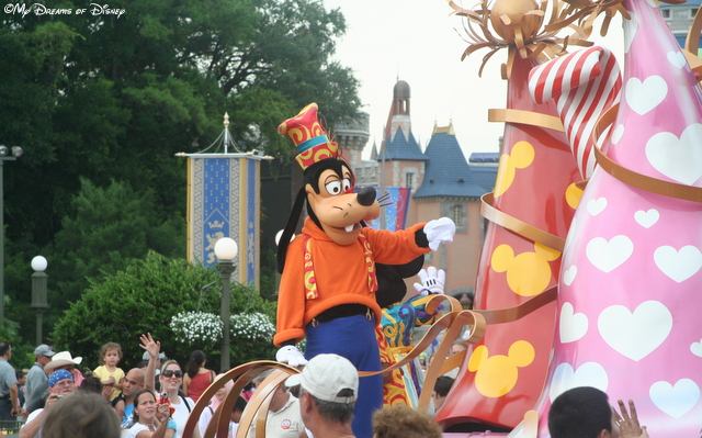 Goofy enjoys the parade with the rest of us!