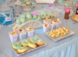 Buffet de gâteaux et friandises pour un anniversaire Reine des neiges