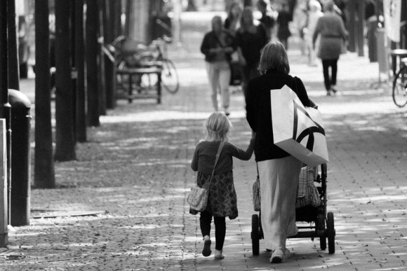 MyFrenchLife™ - MyFrenchLife.org - French parenting expectations - Strolling along with the children