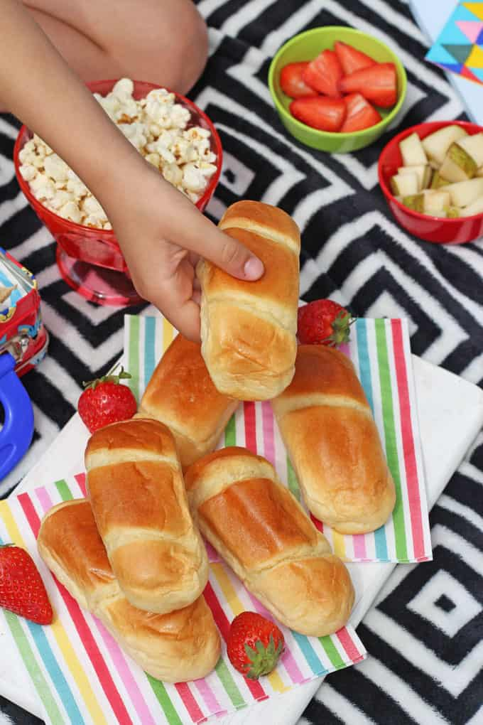 Packing up a picnic to take out and about this summer doesn't have to be difficult. Here's my tips for creating a simple but delicious picnic lunch in just 5 minutes!