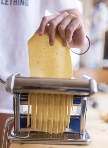 Cutting noodles with a pasta machine