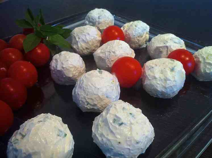 Yogurt Balls with fresh Herbs