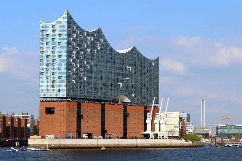 Hamburgs neues Wahrzeichen glänzt in der Sonne: die Elbphilharmonie