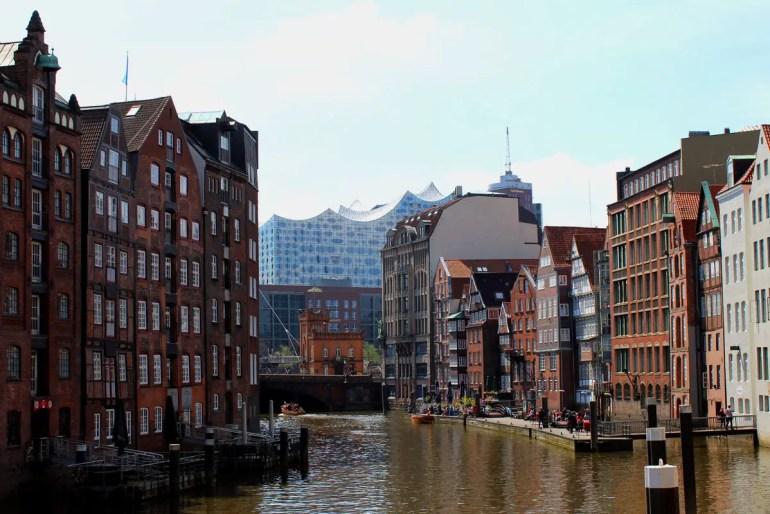 An vielen Ecken der Stadt ist die Elbphilharmonie schon lange Teil der Silhouette, wie hier am Nikolaifleet
