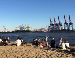 Im Sand sitzen und auf die Elbe und den Hafen schauen - das geht nur in Hamburg