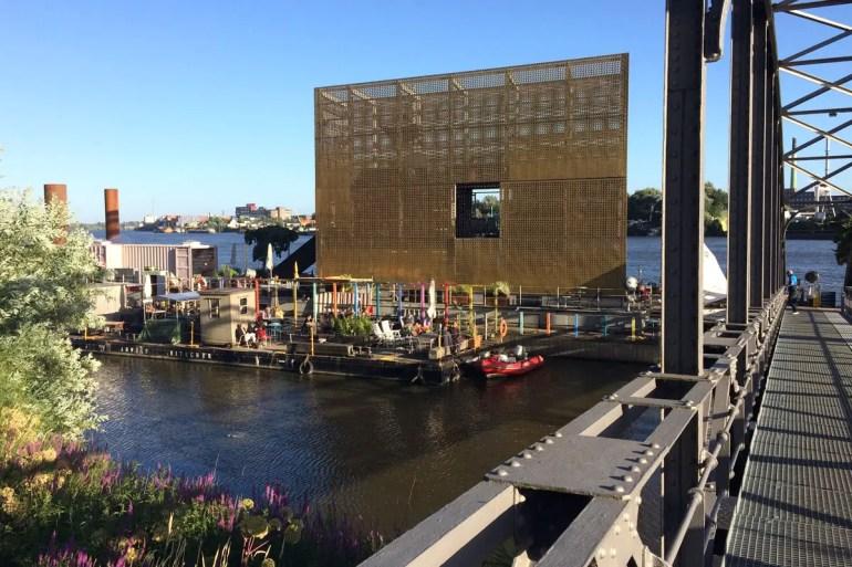 Bunt und kreativ ist das Café Entenwerder 1 auf einem Ponton direkt an der Elbe