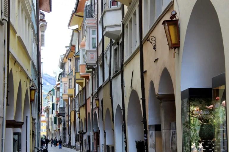 Bozenz Laubengasse bietet Shopping und Sightseeing in einem