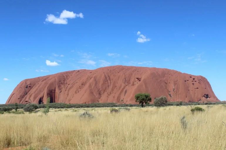 Mitten am Tag ist der Uluru eher grau