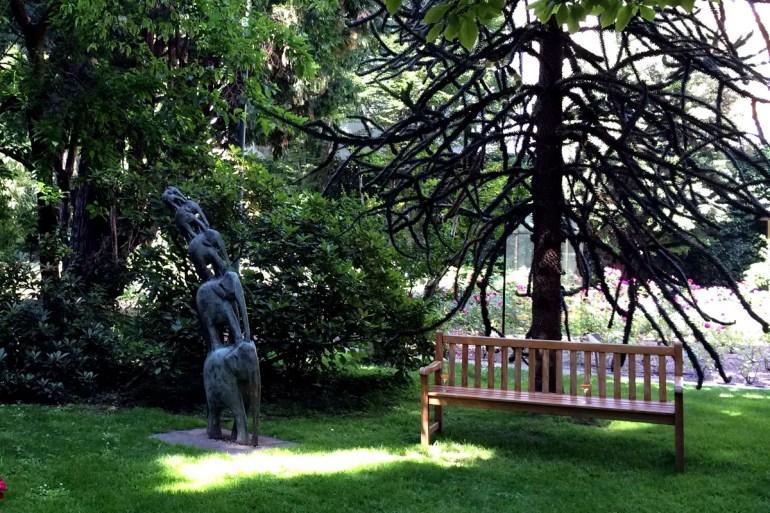 """Auch im Park gibt es Kunst - hier die Skulptur """"Elefanten"""" von Aldo Mondino"""