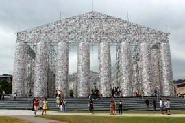 """Wahrzeichen der Documenta 14: das """"Parthenon der Bücher"""" von Marta Minujin"""