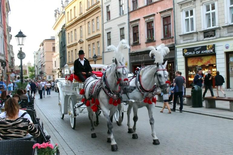 Sind rund um den Marktplatz überall präsent: die hübschen Pferdekutschen
