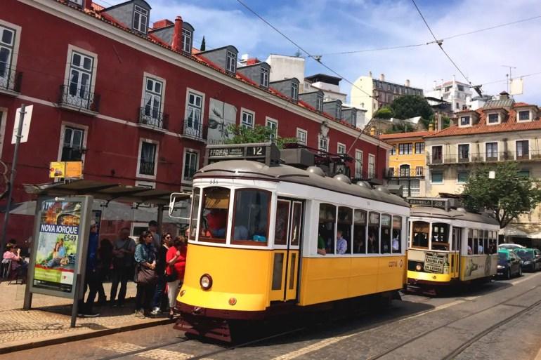 Die Straßenbahn 28 in der Alfama