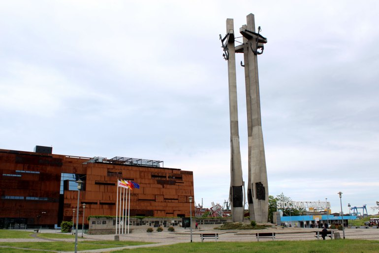 Das Denkmal für die Werftarbeiter, links das Solidarnosc-Zentrum, rechts das Tor der Lenin-Werft