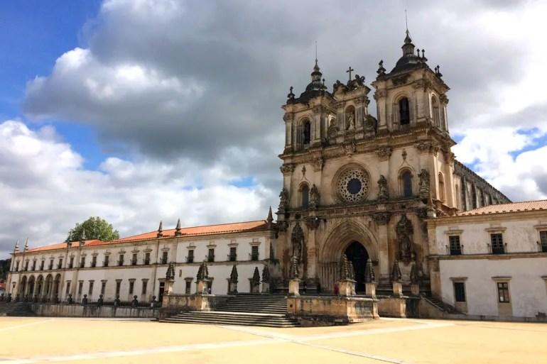 Die Igreja Santa Maria in Alcobaca dominiert den Hauptplatz