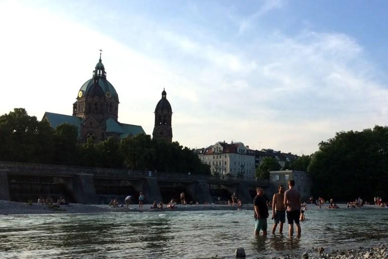 Urlaubsfeeling garantiert: Abends an der Isar die Füße ins Wasser halten