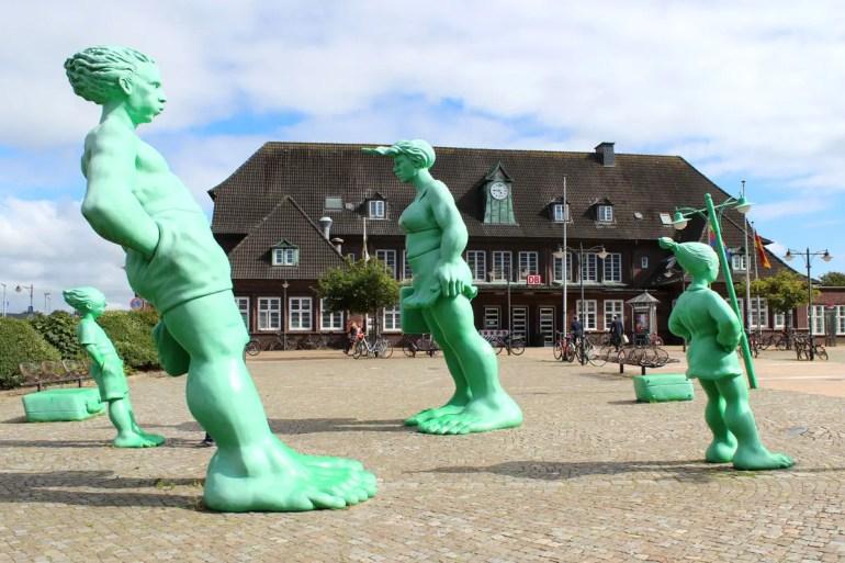Hingucker vor dem Bahnhof: die Reisenden Riesen im Wind