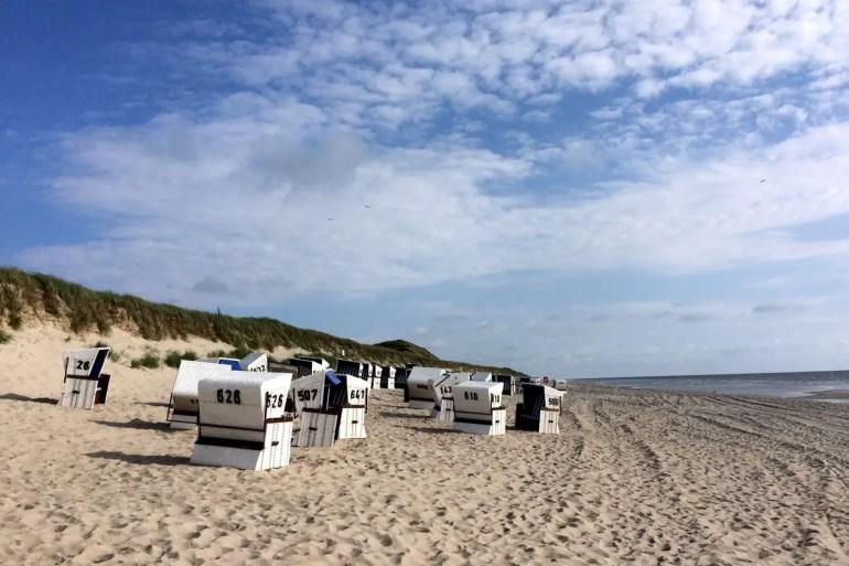 Strandkörbe am weißen Sandstrand in Rantum