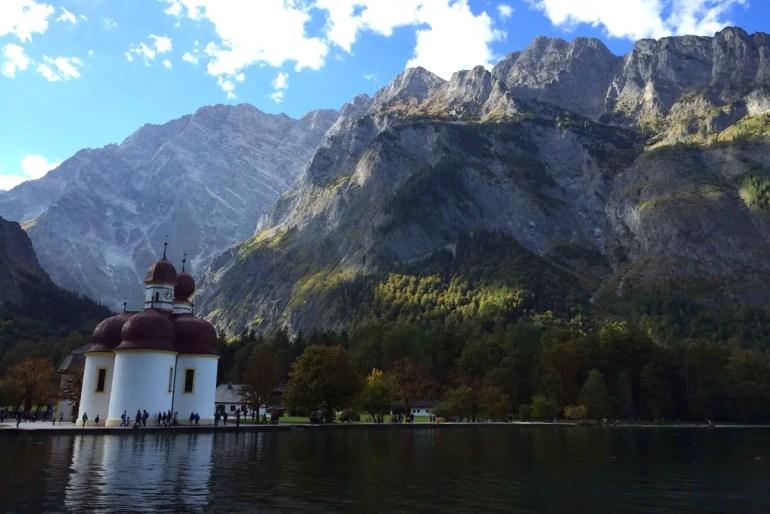 Zwei Wahrzeichen: die Wallfahrtskirche Sankt Bartholomä und der Watzmann