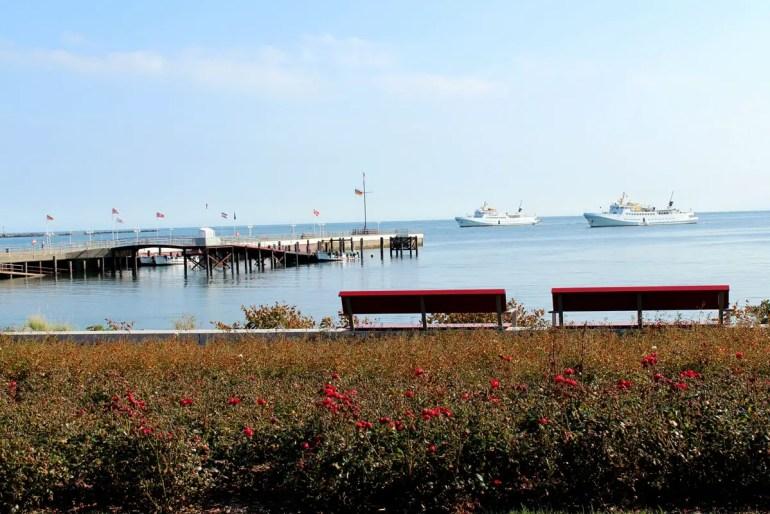 Von der Promenade am Südstrand sind die ankernden Seebäderschiffe zu sehen