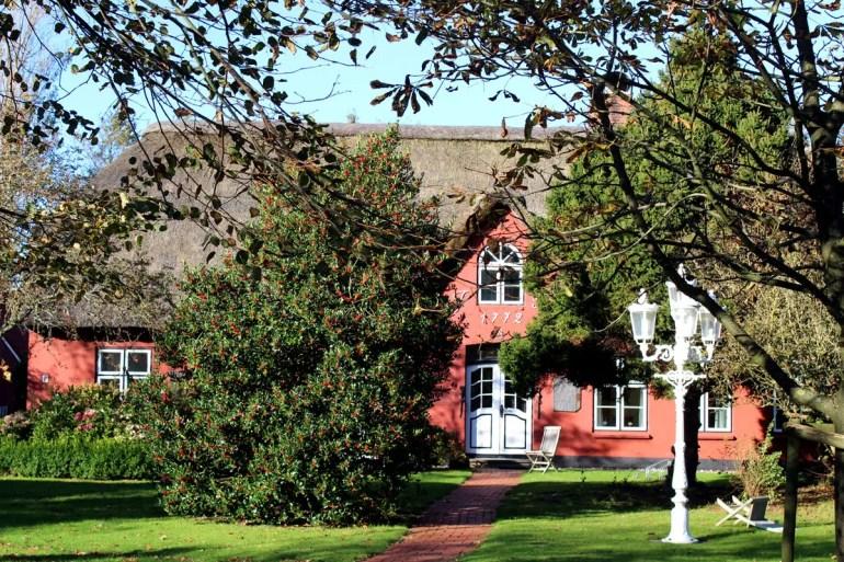 Früher war hier die Schule von St. Peter-Ordinga, heute befinden sich in dem Haus Ferienappartments