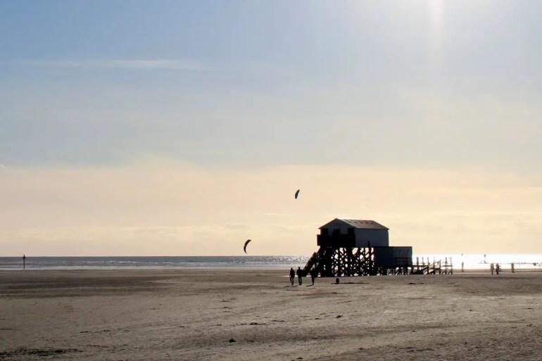 Wahrzeichen von St. Peter-Ording: der kilometerlange Strand mit den markanten Pfahlbauten