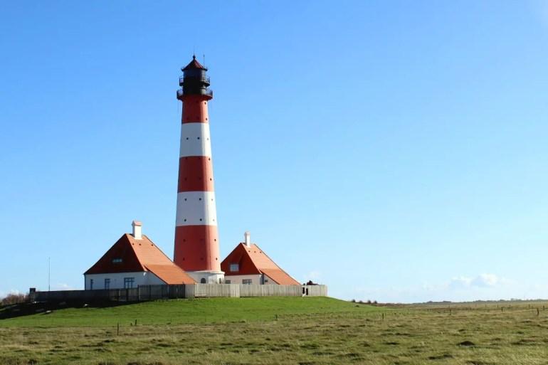 In den beiden Häusern des Leuchtturmwärters wohnen heute Zivildienstleistende der Schutzstation Wattenmeer