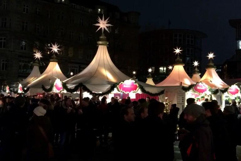 Der Weihnachtsmarkt auf der Fleetinsel ist vor allem als After-Work-Location mit Kollegen beliebt