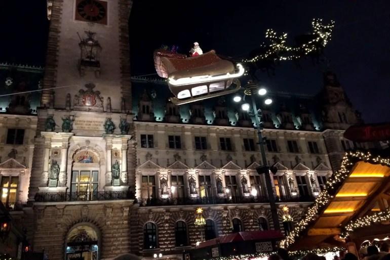 Eine der Attraktionen auf dem historischen Weihnachtsmarkt vor dem Rathaus ist der fliegende Weihnachtsmann