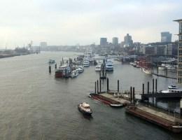 Der Ausblick über den Hafen von der Elbphilharmonie lohnt sich auch bei Schietwetter