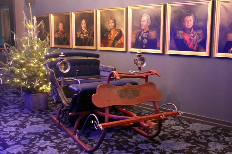 Der Kutschen-Schlitten und die Ölgemälde sorgen für bayerisch-royales Flair