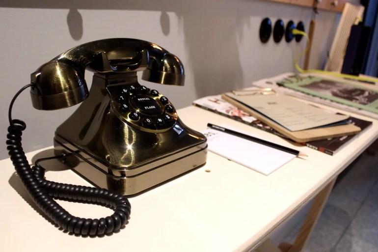 Details wie das altmodische Wählscheibentelefon sorgen für Charme