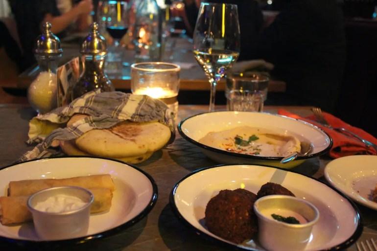 Das NENI München serviert eine israelisch-ostmediterran inspirierte Küche