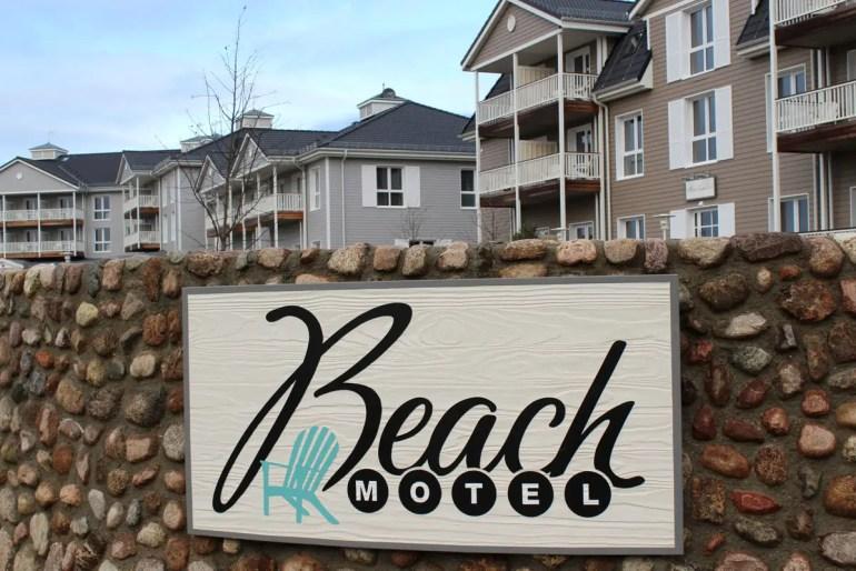 Mit seinen weißen Balkonen und der Holzarchitektur verströmt das Beach Motel US-Ostküstenflair