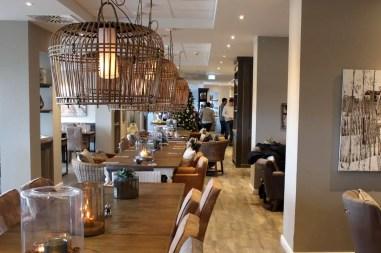 Im Restaurant Holyharbour kannst du morgens an der langen Tafel frühstücken