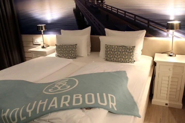 An die Lage direkt am Wasser erinnert auch das überdimensionale Foto über dem Bett
