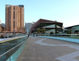 Modernes Adelaide: das Convention Centre am River Torrens