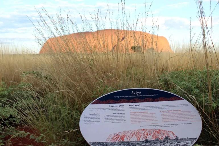 Der Uluru ist für die Aborigines heilig - und zahlreiche Hinweistafeln weisen immer wieder darauf hin