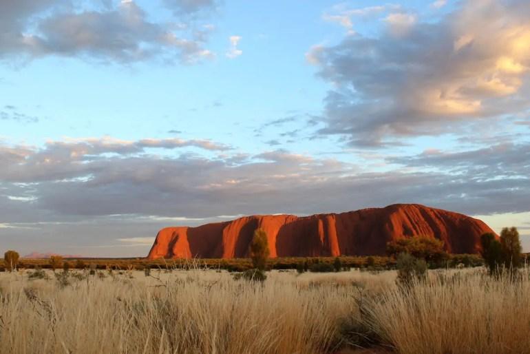 Sonnenaufgang am Uluru - und im Hintergrund leuchtet links Kata Tjuta