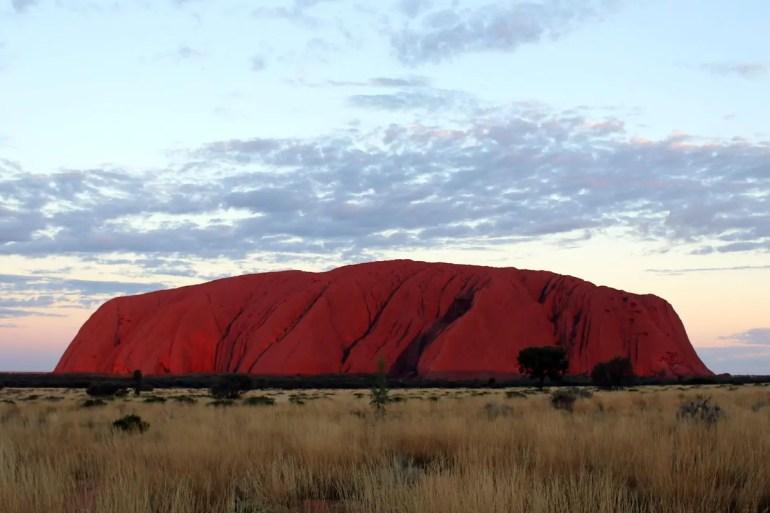 Auch wenn die Sonne schon untergegangen ist, leuchtet das Wahrzeichen Australiens noch