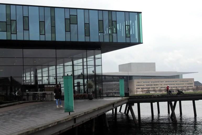 Moderne Architektur am Hafen: das dänische Staatstheater und gegenüber Kopenhagens Oper