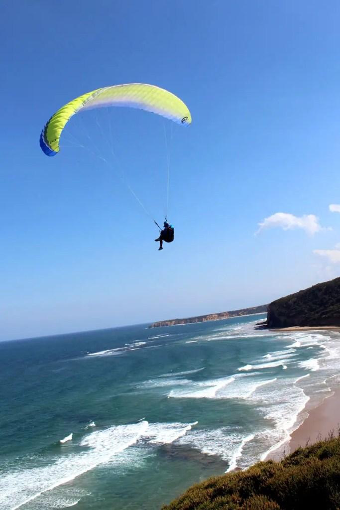 Am Bells Beach gibt's nicht nur Surfer, sondern auch Paraglider zu sehen