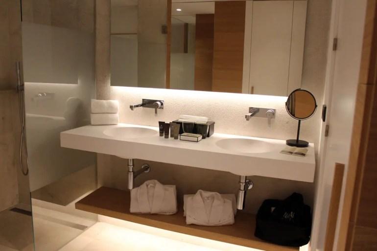 Schlicht und stylish ist auch das Bad im Hotel Nakar
