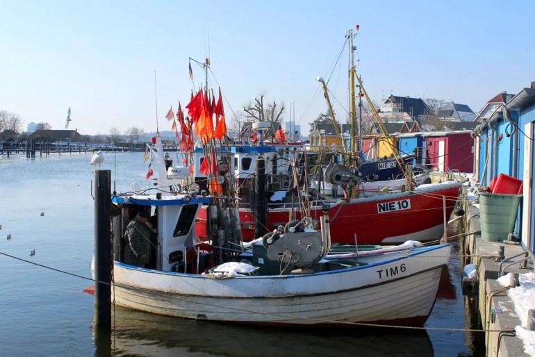 Im Hafen von Niendorf liegen die Fischerboote vor Anker