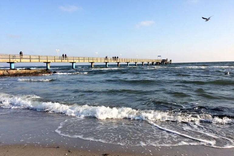 Ein strahlend schöner Wintertag am Meer in Haffkrug