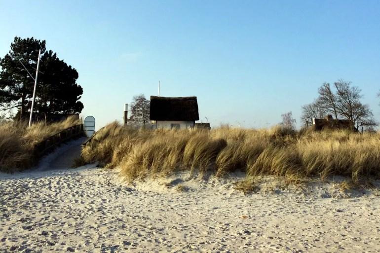 In Scharbeutz verstecken sind die Reethütchen hinter den Dünen