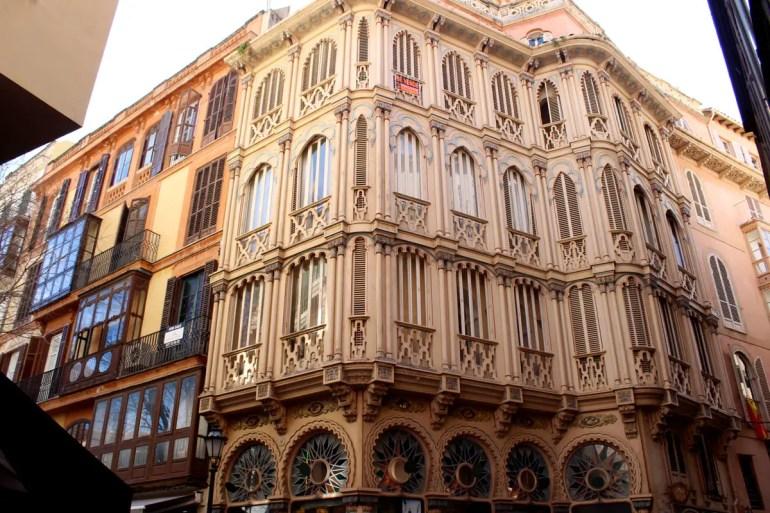 Ein Blick nach oben bietet beim Bummel durch Palmas Altstadt immer wieder Kunstwerke des Modernisme