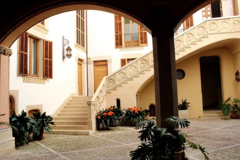 In Palmas Altstadt eröffnen sich beim Blick durch die oft schweren Eingangstore Blicke in wunderschöne Innenhöfe