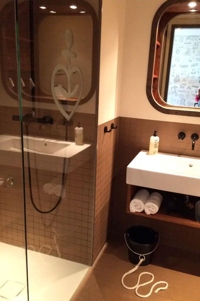 Auch das Bad erinnert an eine Schiffskoje, Wassereimer mit Kordel inklusive