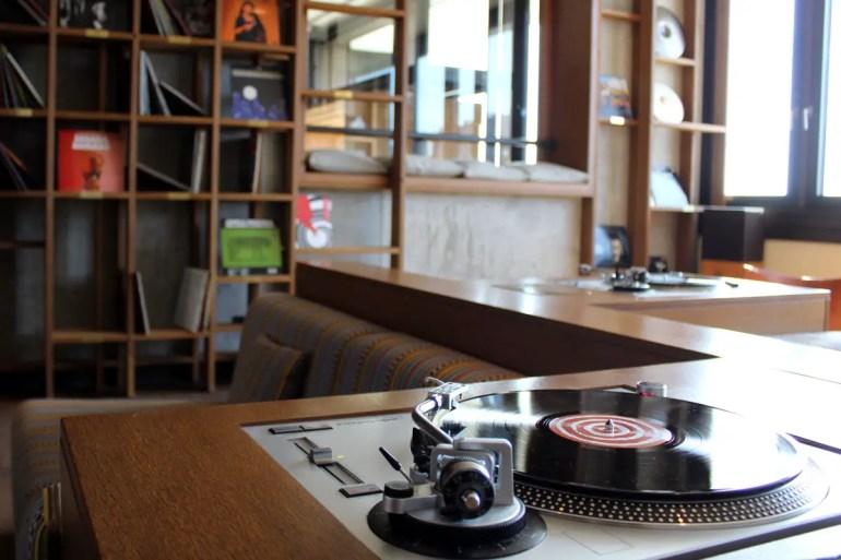Design trifft auf Tradition: im Vinyl Room kannst du alte Schaltplatten hören